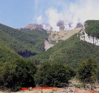 Sopra il fronte dell'incendio e sotto l'area in cui sorgeva l'hotel Rigopiano