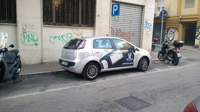 auto-controllo-sosta-su-parcheggi-moto