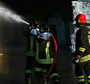 vigili-del-fuoco-azienda-incendio