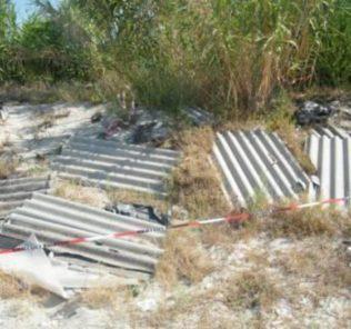 L'area della spiaggia di Catona, sequestrata dalla Guardia Costiera di Reggio Calabria, dove sono state abbandonate da ignoti delle pericolose lastre di eternit.