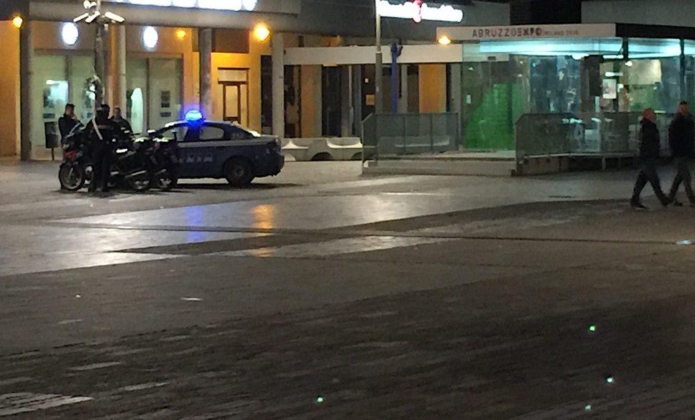 pescara-polizia-piazza-salotto