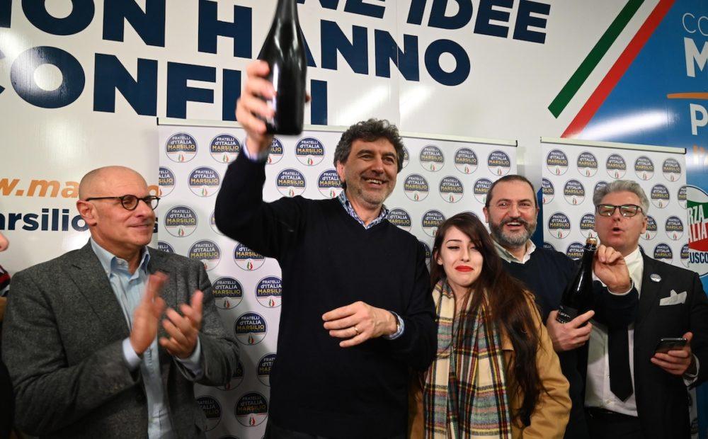 Il candidato del centrodestra a presidente della Regione Abruzzo Marco Marsilio (C), affiancato da Fabio Rampelli (S) e dalla figlia Nunzia (D) nel corso dei festeggiamenti nella sede del comitato elettorale, Pescara, 11 febbraio 2019. ANSA/ CLAUDIO LATTANZIO