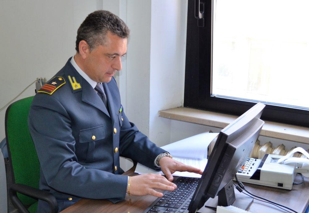 Guardia di finanza al computer